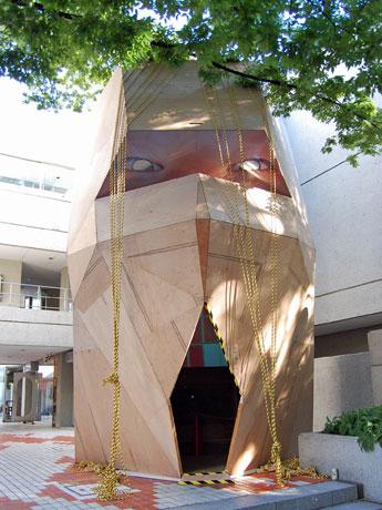 ヒルサイドテラスC棟・D棟の間に展示している加藤翼さんの作品