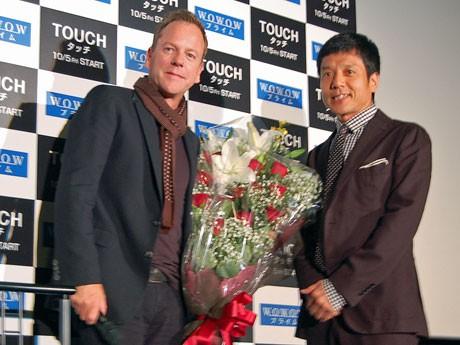 2年ぶり3度目の来日となるキーファー・サザーランドさん(左)と花束を贈呈した勝村政信さん(右)