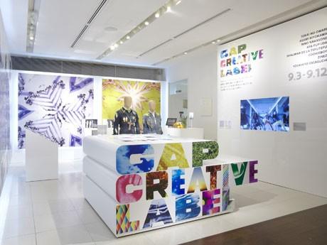 エントランス比較に設けた展示スペースには参画アーティストの作品が並ぶ