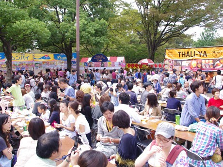 場内には飲食や物販、観光、NPO・NGOなどのブースが出展する。写真は昨年の様子