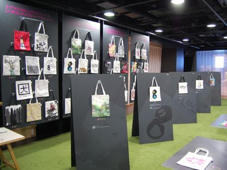 「忠犬ハチ公」をモチーフに40人(組)のクリエーターがデザインしたチャリティートートバッグが並ぶ場内