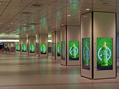 井の頭線渋谷駅改札外のコンコースの柱7本計28面にデジタルサイネージを設置した