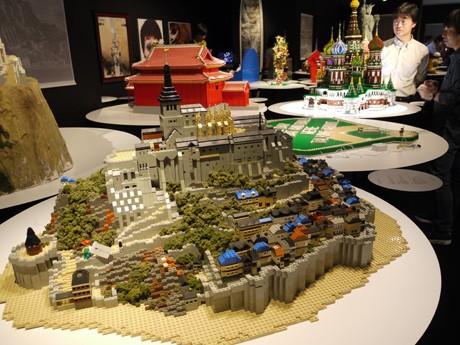 写真=レゴブロックで作られた「モン・サンミシェル」と会場の様子