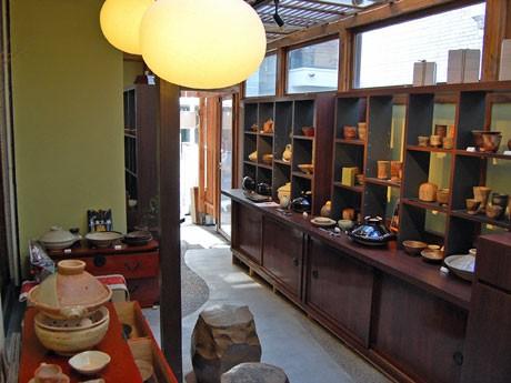 骨董(こっとう)品店で購入したたんすや和紙貼りの照明、備前焼の椅子を配する店内