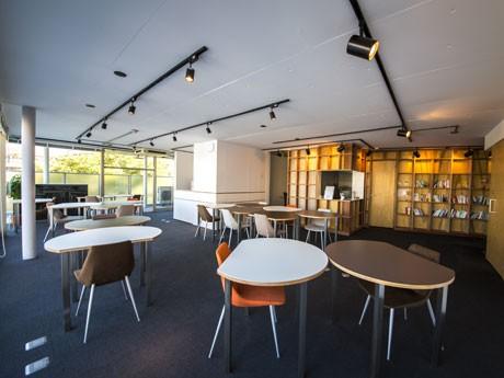 円形を変化させたオリジナルのテーブルを置くオープンスペース(18席)