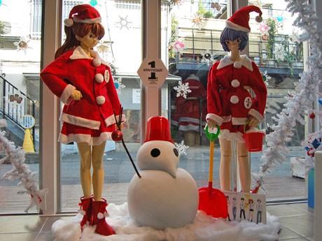 サンタクロースの衣装を着た綾波レイと惣流・アスカ・ラングレーの等身大フィギュアも展示