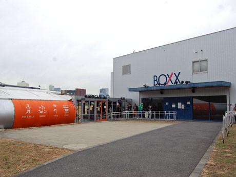 閉館する「SHIBUYA BOXX」(右)