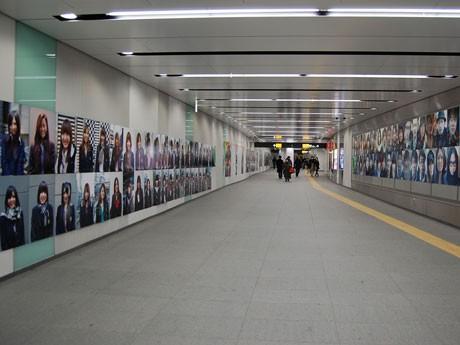 昨年の渋谷駅地下コンコースでの写真展示の様子