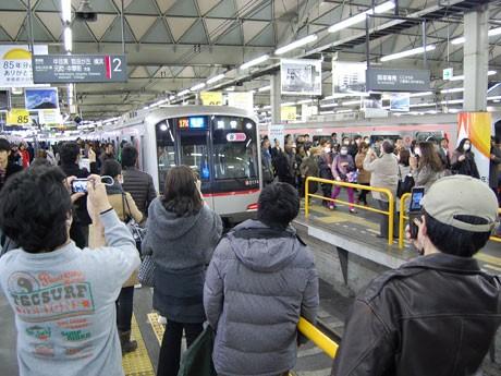電車が到着するたびにカメラを向ける人たち