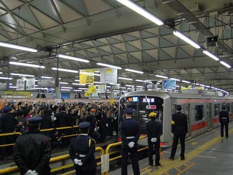 東横線渋谷駅最終列車となった元住吉行き列車。鉄道ファンなどから「ありがとう」の声が上がる中、出発した