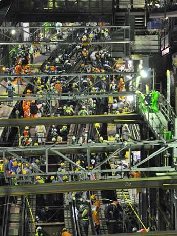 最終の下り回送電車が通過した後、工事作業員が一斉に線路内に入り込み地下化切替工事が始まった代官山駅