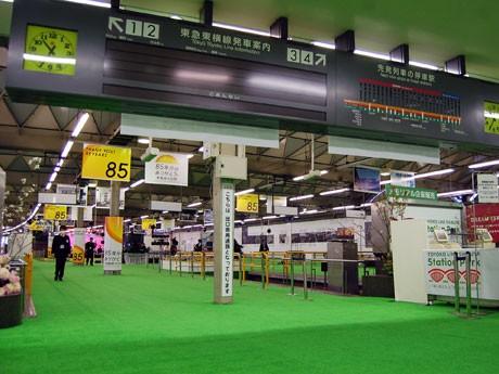 約2350平方メートルに人工芝を敷き「緑の公園」に見立てた東横線・旧渋谷駅