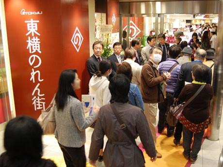 9時50分の開店とともに新しい「東横のれん街」に流れ込む来店客