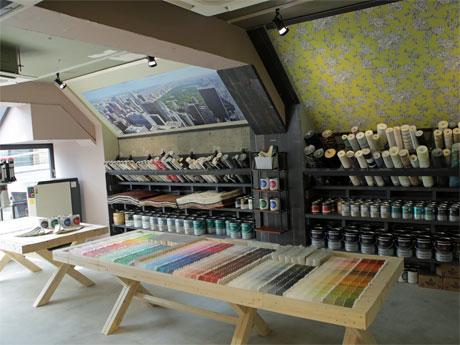 「ベンジャミンムーアペイント」の塗料や輸入壁紙などそろえる店内