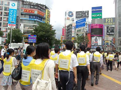 警察などの誘導で帰宅困難者支援施設へ向かう参加者たち