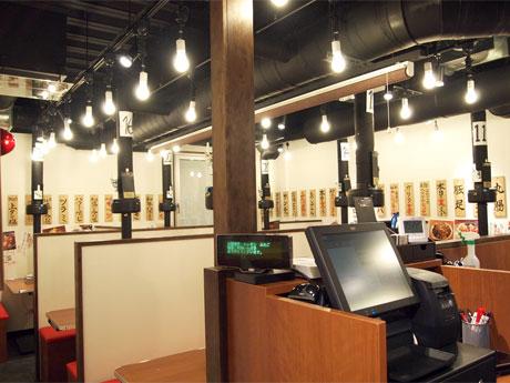 木のテーブルや赤い丸椅子を置くなど「昔ながらの雰囲気、活気ある店づくり」を目指した店内