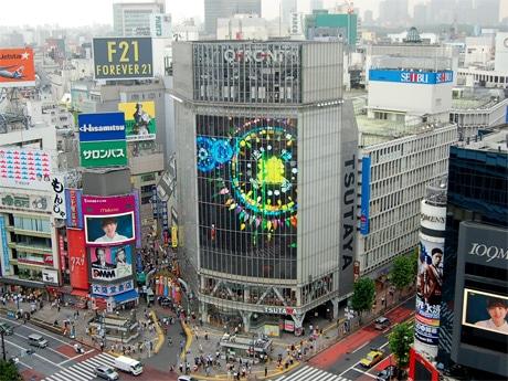 スマートフォンを使いビジョンにデジタル花火を打ち上げる「渋谷デジタル花火大会」のCM