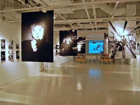 60組以上のアーティストを被写体にしたモノクロ写真が並ぶ場内
