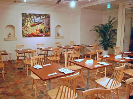 地下1階は白を基調に木目調の椅子やテーブルを配すなどハワイの店と同様のデザインに仕上げた
