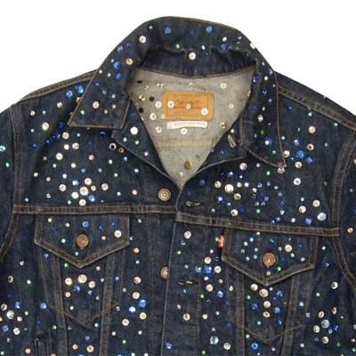 国内初公開となる、スワロフスキークリスタルをあしらったイブ・サンローランによるトラッカージャケット