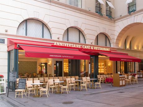 カフェ&レストランのサインに変わった外観