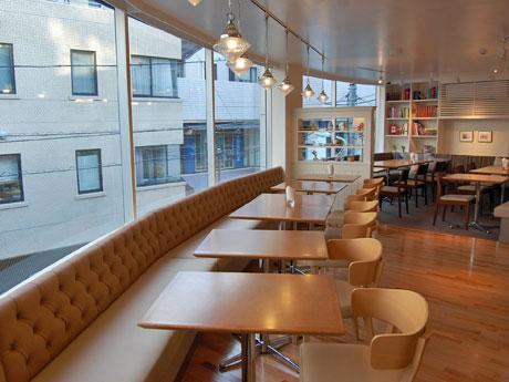 床の材質や家具に変化を持たせてシーン別の利用を提案する店内