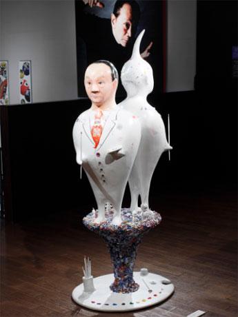 共にチューブとパレットを持つエイリアンと人間・岡本太郎の立体作品。写真提供:岡本太郎記念館