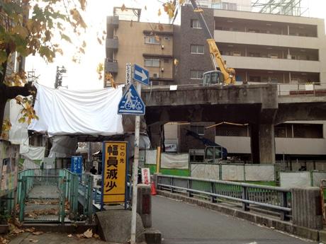 戦前まで高架駅として営業していた「並木橋駅」の痕跡
