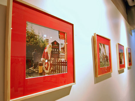 浅草寺を訪れたサンタを撮った写真も並ぶ