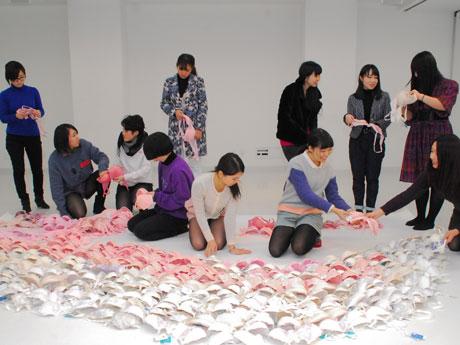 400枚のブラジャーで「ニケ」像の羽を模した作品を作る学生たち