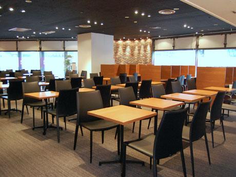 席はテーブルやベンチシート、パーティションで区切った1人用の席などを用意