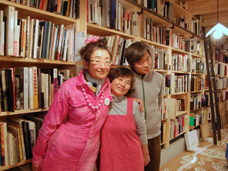 (左から)コミュニケーションアーティスト・ときたまさん、オーナー・おかどめぐみこさん、写真評論家・飯沢耕太郎さん