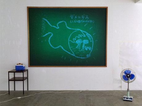 「黒板」に投影する映像に合わせ黒板消しなどが動く