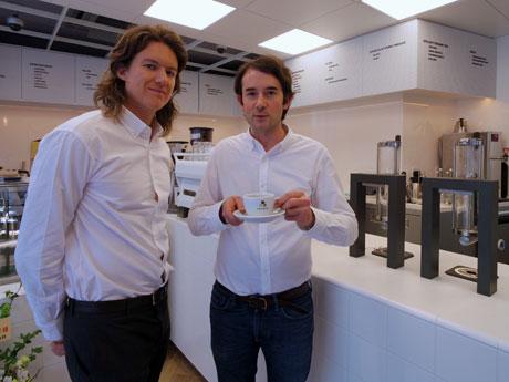 パリから来日した(左から)トム・クラークさんとアントワン・ネティアンさん