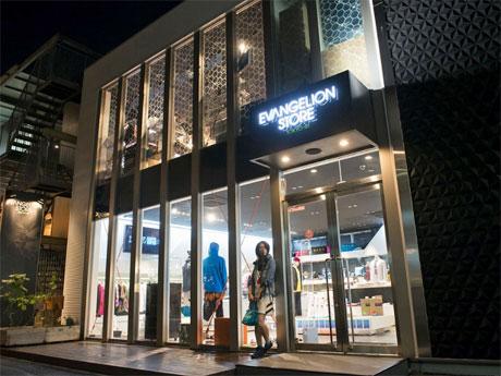 竹下通りから一本入った通りに出店する店舗ファサード©カラー