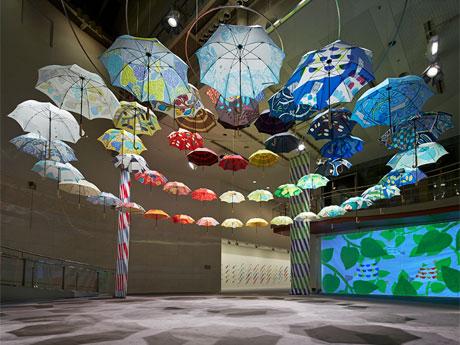 アトリウムには広げた雨傘を天井からつるした