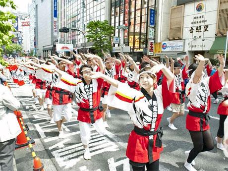 道玄坂と文化村通りで2300人が「踊りパレード」を行う。写真は昨年の様子