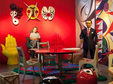 岡本が制作したスツールなど家具作品を集積したコーナー。写真提供:岡本太郎記念館