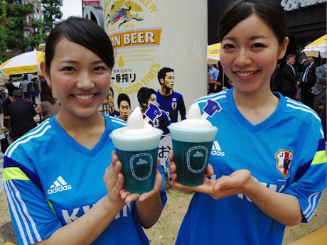 期間中提供するサムライブルーをイメージした青い生ビール「一番搾り フローズン<生>」(630円)