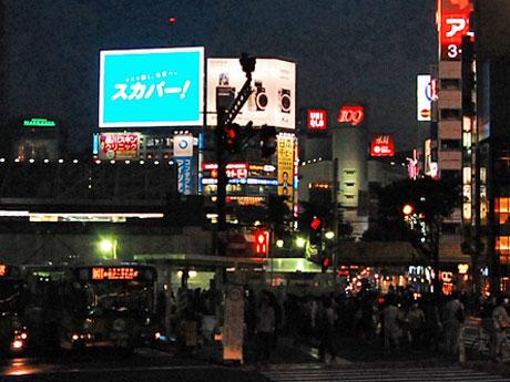 スカパーJSATの広告が流れる「シブハチヒットビジョン」(写真左手)