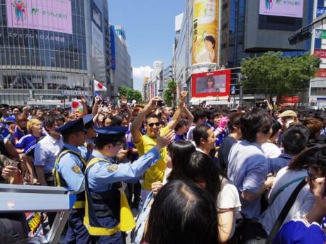 日本初戦終了後、騒然とする渋谷駅前交差点