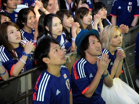 後半ロスタイム、日本代表の逆転を信じて祈るナオト・インティライミさんやサポーター