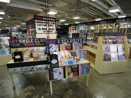 洋・邦ロックや独占盤などのレコードが並ぶ1階
