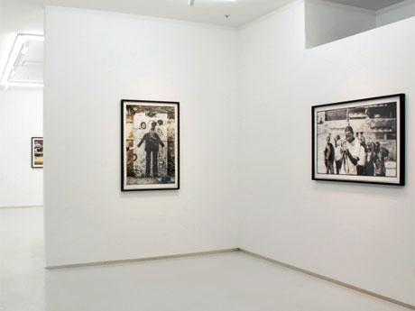 デヴィッド・リンチさんとのコラボ作品(写真中央)などが並ぶ場内©JR