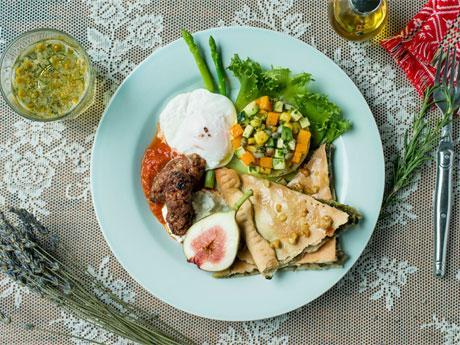 パイ料理「ソパルニク」やラムと豚を使った肉料理「チェバプチチ」などのプレート(1,600円)を提供する