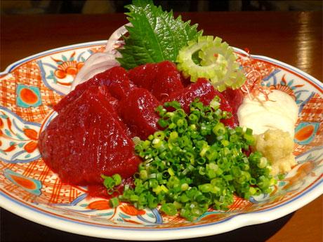 和食ビストロ「COM FOR TABLE」で提供するたクジラ肉の赤身「クジラのおつくり」(1,510円)
