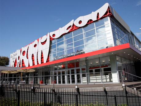 来春から「2.5次元ミュージカル」専用劇場として営業する「AiiA Theater Tokyo」の外観