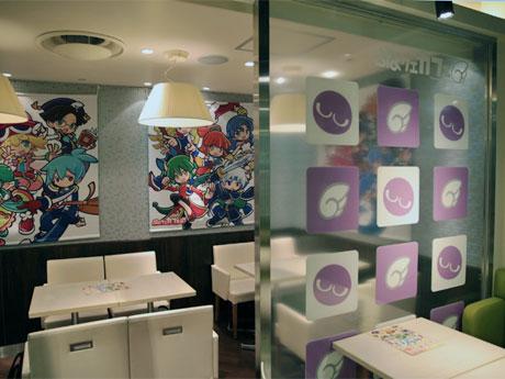 キャラクターが集合したデザインのタペストリーなどを掲出する店内