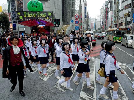 SHIBUA109前をパレードする「朱美ちゃん」集団