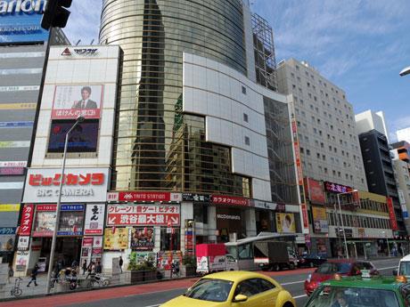 既存の「ビックカメラ東口店」(左)と1・2に売り場を増床する渋谷全線座ビル(右)